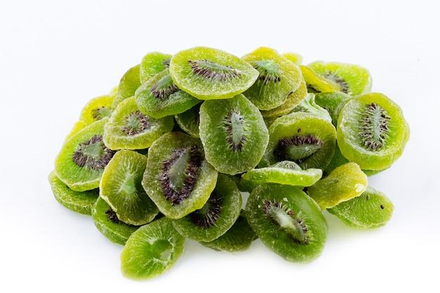 Un mazzetto di kiwi secchi su uno sfondo bianco kiwi secchi