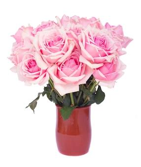 Mazzo di rose in fiore rosa fresche in vaso di creta isolato su priorità bassa bianca
