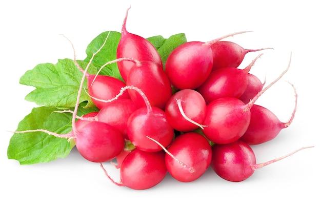 Mazzo di ravanelli rossi freschi isolati su uno spazio bianco