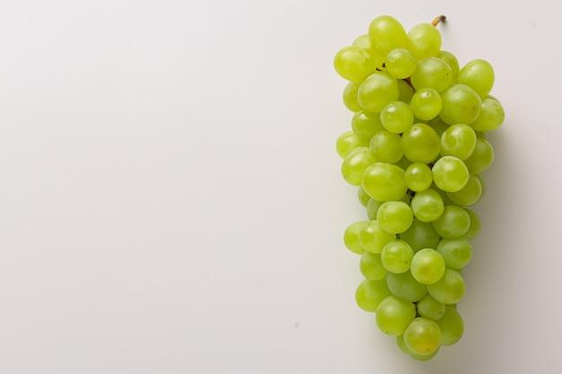Grappolo d'uva isolato su bianco