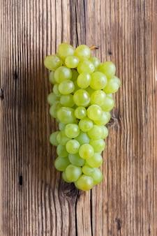 Grappolo d'uva su fondo in legno