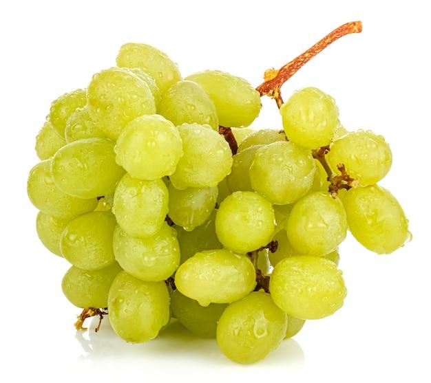 Grappolo d'uva verde con gocce d'acqua sulla superficie lucida con riflessione isolata su sfondo bianco