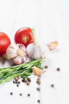 Mazzo di pomodorini rossi bio succosi con rosmarino verde