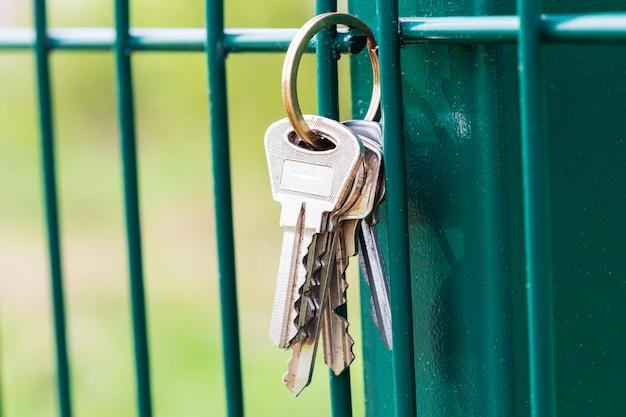 Un mazzo di chiavi è appeso al recinto. perdita delle chiavi. non tornare a casa