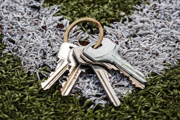 Un mazzo di chiavi giace sul campo di calcio. non tornare a casa