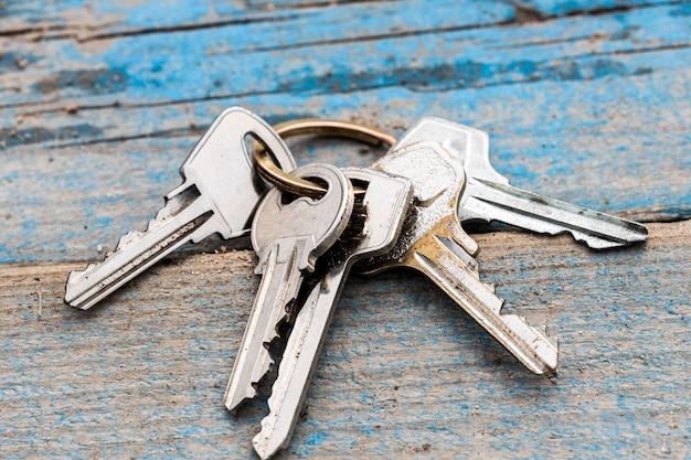 Un mazzo di chiavi steso su una panchina. non tornare a casa. foto di alta qualità