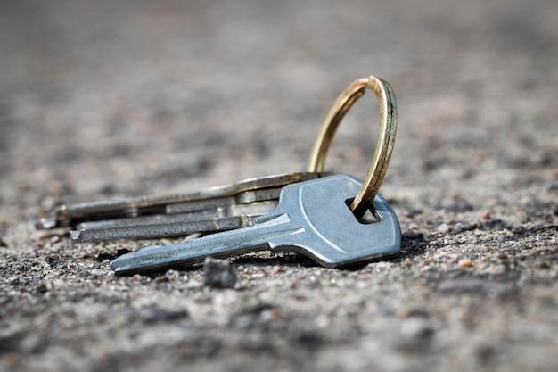 Un mazzo di chiavi che giace sulla strada. perdita di effetti personali. foto di alta qualità