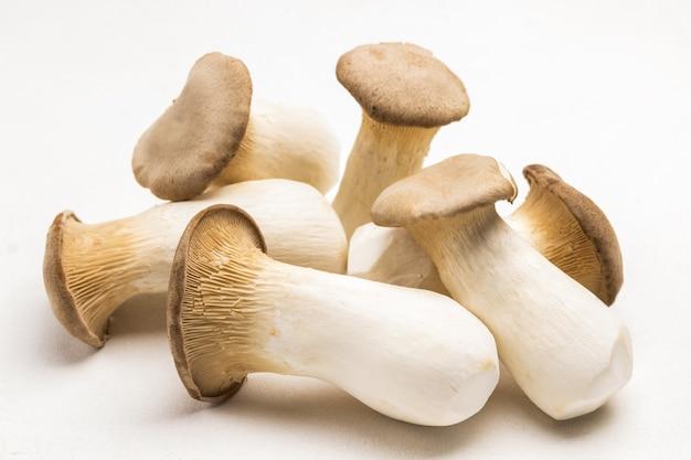 Mazzo di funghi ostrica re sul tavolo