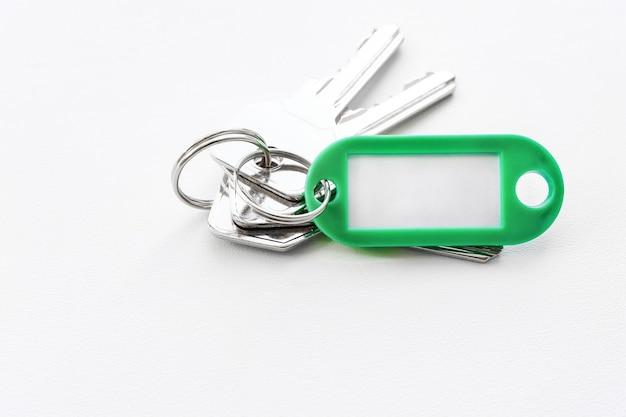 Un mazzo di chiavi di metallo con uno spazio per la copia dell'etichetta sul portachiavi