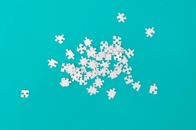 Un mucchio di nuovi puzzle vuoti, soluzioni, sviluppo della mente intelligente. disordinato semplice piatto lay