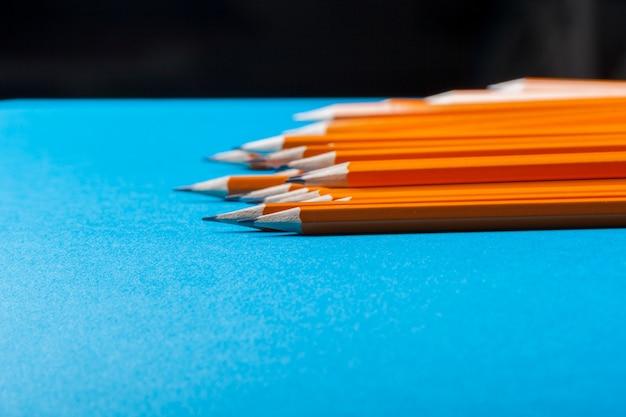 Mazzo di matite arancioni