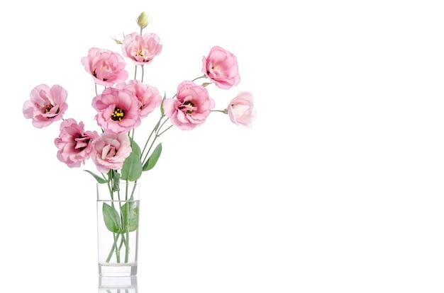 Mazzo di fiori rosa eustoma in vaso di vetro