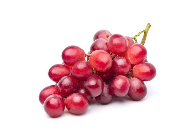 Un grappolo di uva rossa su bianco.