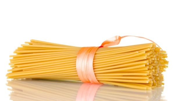 Mazzo di spaghetti con nastro isolato su bianco