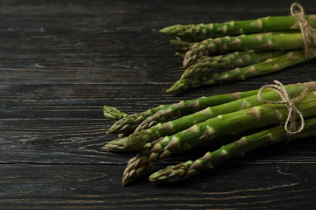 Mazzi di asparagi verdi su legno