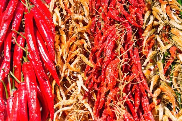 Mazzi di peperoncini piccanti rossi e verdi sul mercato degli agricoltori