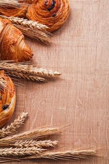 Mazzi di spighe di grano croissant rotoli con uvetta