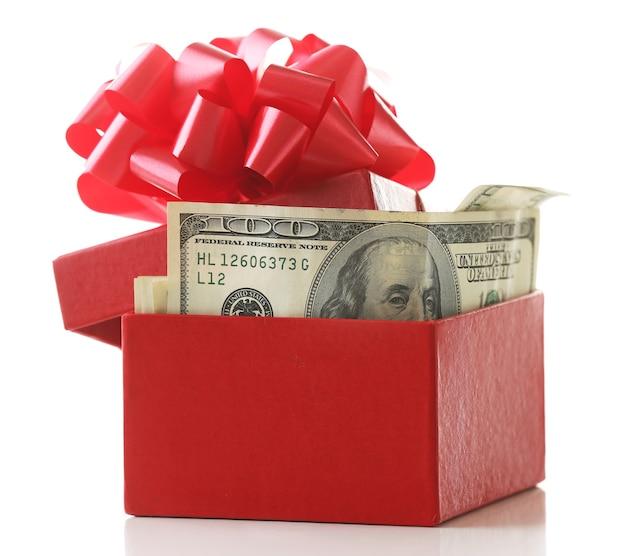 Pacco di dollari nella presente scatola con fiocco isolato su bianco