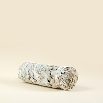 Fascio di primo piano salvia bianca secca. prodotto per purificazione, meditazione e guarigione