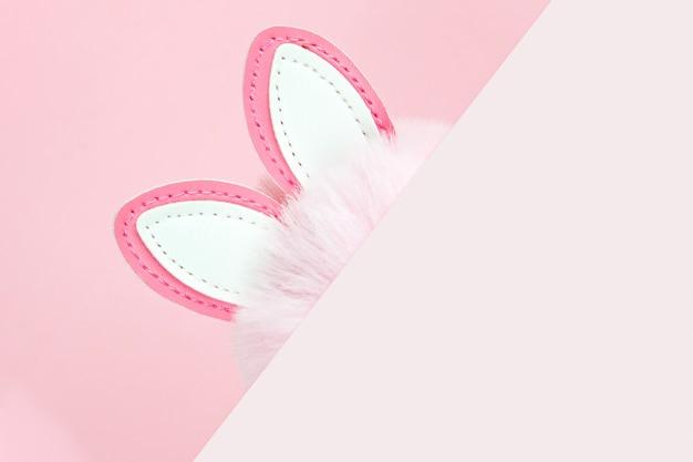Sfondo rosa orecchie da coniglio. modello di progettazione di foto di celebrazione di festa di primavera.