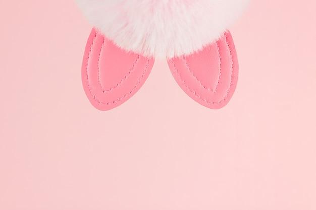 Sfondo rosa orecchie da coniglio. progettazione di vacanze di primavera. sfondo di pasqua.
