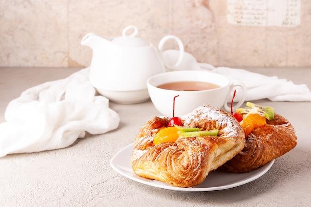 I panini con la frutta si trovano su un piatto bianco