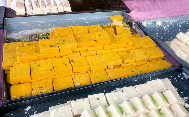 I dolci indiani burfi venduti nelle bancarelle