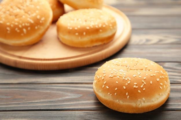 Panini per hamburger sul tagliere su un fondo di legno marrone. vista dall'alto.
