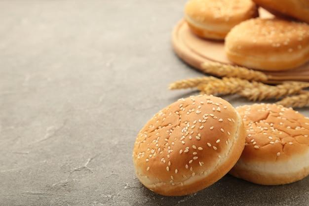 I panini hamburger con spighetta su sfondo grigio. vista dall'alto.