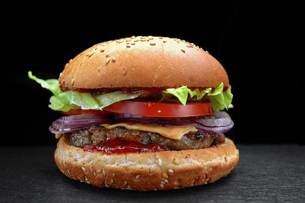 Hamburger, cheeseburger, hamburger con cotoletta di carne, formaggio, lattuga e pomodoro