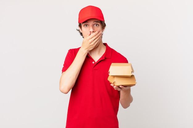 L'hamburger consegna l'uomo che copre la bocca con le mani con uno shock