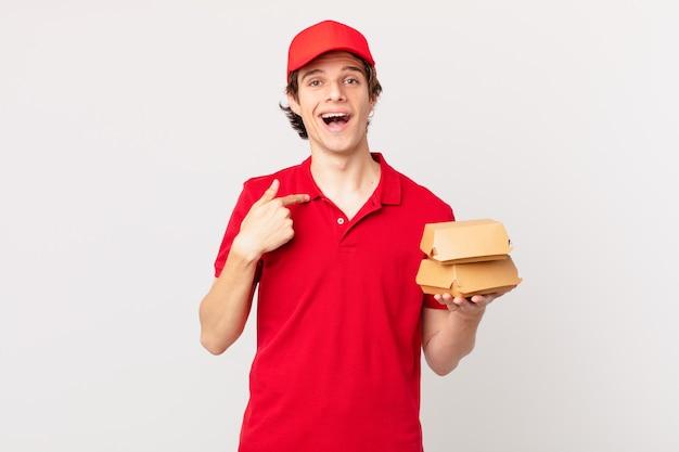 L'hamburger fa sentire l'uomo felice e indica se stesso con un'eccitazione