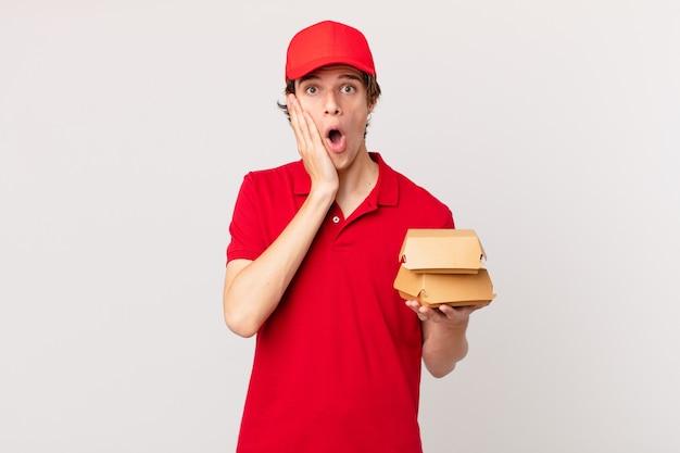 L'hamburger consegna l'uomo che si sente scioccato e spaventato