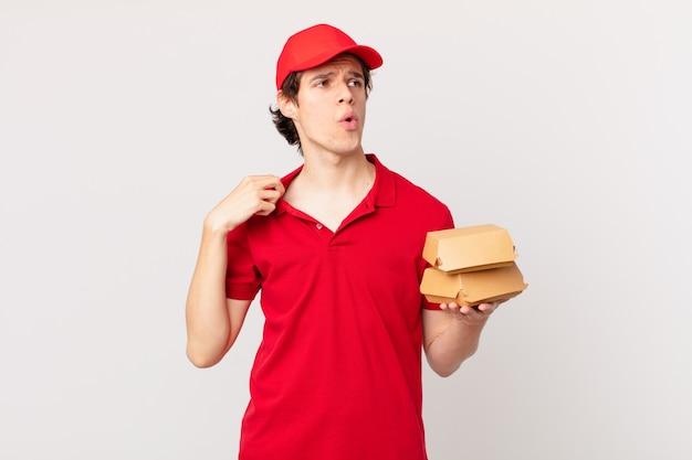 L'hamburger fa sentire l'uomo stressato, ansioso, stanco e frustrato