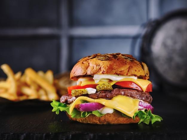 Hamburger e patatine fritte sul tavolo