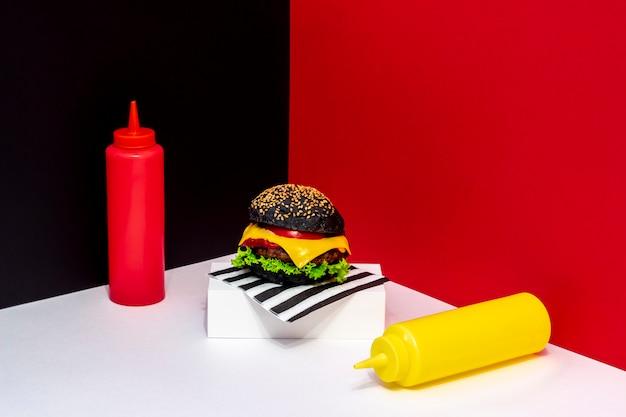 Burger su supporto bianco.