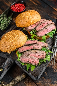 Hamburger con fette di bistecca di manzo, rucola e spinaci