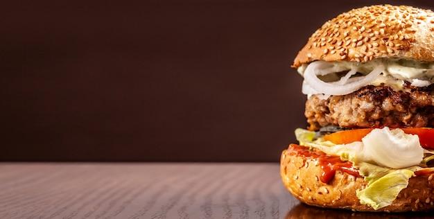 Hamburger con panino fatto in casa con semi di sesamo