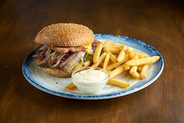 Hamburger con carne di maiale stirata
