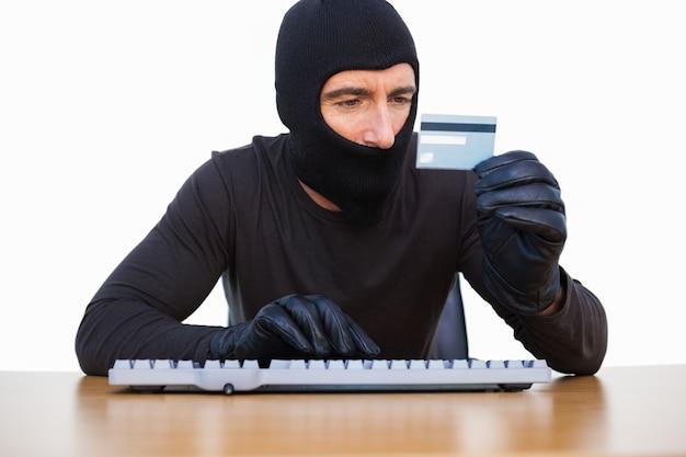 Antifurto digitando sulla tastiera e in possesso di carta di credito