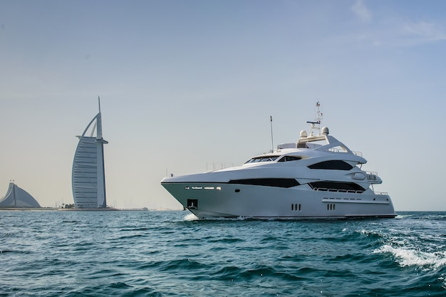 Burj al arab, costruito su un'isola artificiale sulla spiaggia di jumeirah