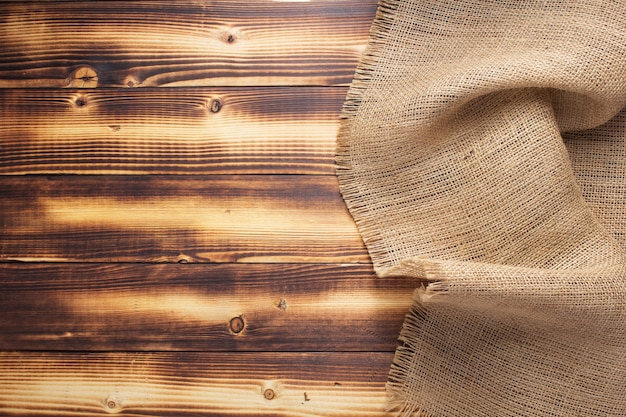 Trama di saccheggio di tela di iuta su superficie di fondo in legno