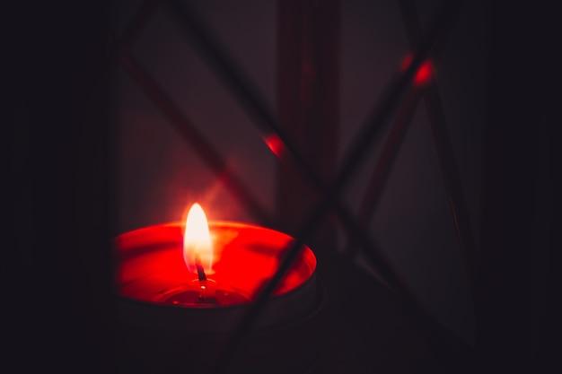 Candela accesa in una lanterna di natale