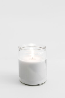 Candela accesa in vetro candelabro sul tavolo