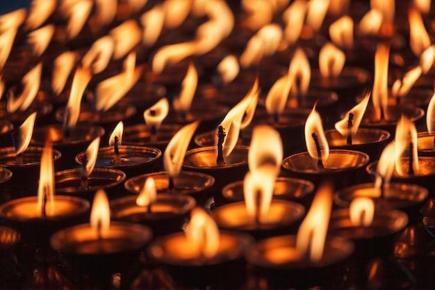 Candele accese nel tempio buddista