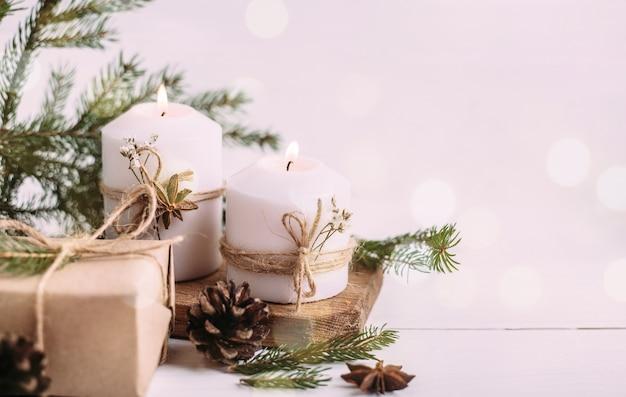 Candele accese e regali di natale