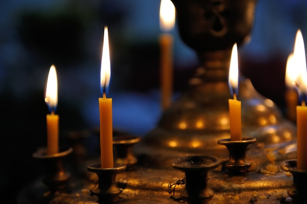Candele accese in applique