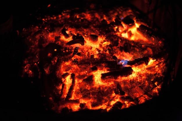 Primo piano bruciante del carbone di legna. sfondo di carbone ardente