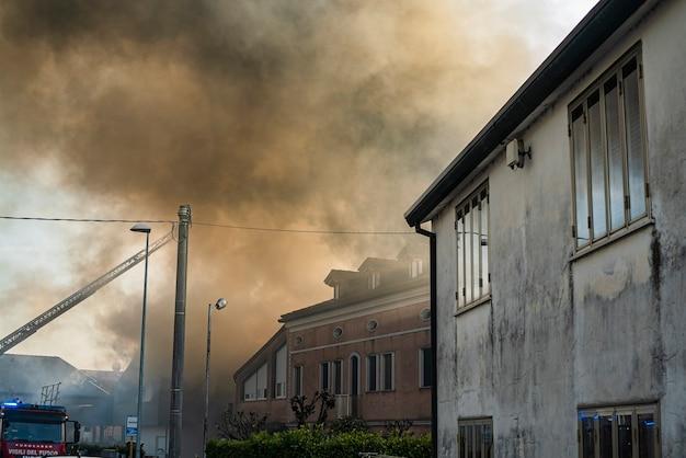 Dettaglio della casa in fiamme in un piccolo villaggio italiano durante il pomeriggio Foto Premium