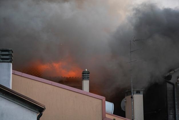 Dettaglio della casa in fiamme in un piccolo villaggio italiano durante il pomeriggio